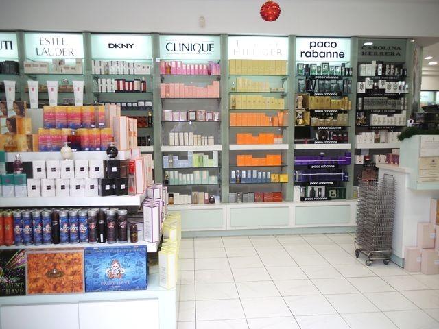 Arredamenti per profumerie compra in fabbrica for Foto di arredamenti